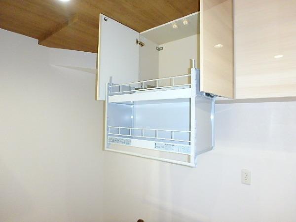 キッチンは収納数もさる事ながら、リビングで寛ぐ家族や小さなお子様を見守りながら料理が出来る「対面式の温もり設計」