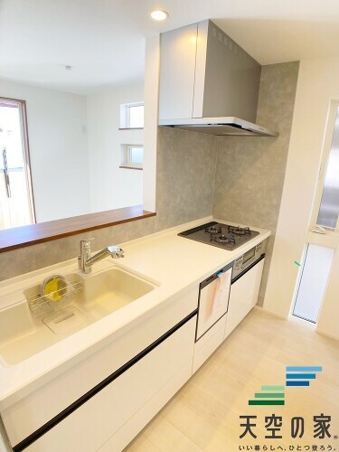 【三面鏡の洗面台】 洗面台には三面鏡を採用。身だしなみを整えやすい事はもちろんですが、鏡の後ろに収納スペースを設ける事により、散らかりやすい洗面スペースをすっきりさせる事が出来ます!