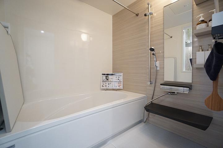 【バスルーム】一日の疲れを癒すお風呂は断熱浴槽を使っているのでお湯が冷めにくく、追い炊き機能もあるので長く入れます。