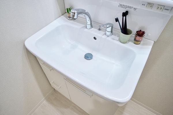 大きな洗面器で作業のしやすい洗面台。