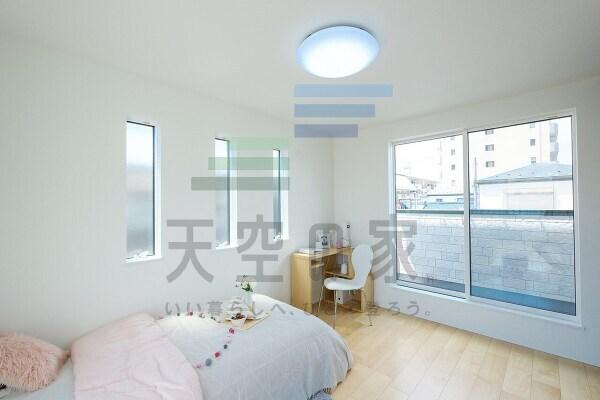 【内観施工例】 窓を多く取り入れているのでお部屋全体にお日様の光が差し込みますね!