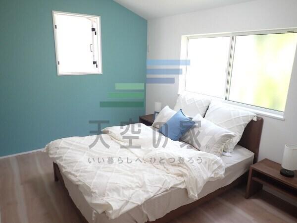 【主寝室に】 心と体をゆったりと安らげる主寝室。寝室のゆとりが大きい分だけ、暮らしの安らぎは深まります。一日の疲れを癒すだけでなく、ご夫婦の親密な語らいを紡ぎ出します!