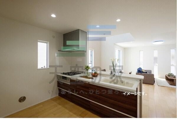 【対面キッチン】 キッチンは収納数もさる事ながら、リビングで寛ぐ家族や小さなお子様を見守りながら料理が出来る「対面式の温もり設計」。キッチンから立ち込める香りが今日の料理を期待させます!