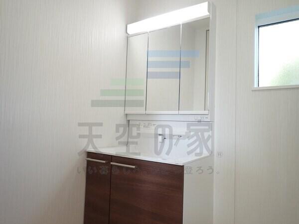 明るく清潔感があり、使いやすい三面鏡付きの洗面所です。