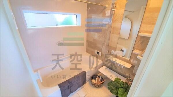 トイレ施工例です。使いやすいタンクレストイレを採用。お掃除もしやすく便利ですね。