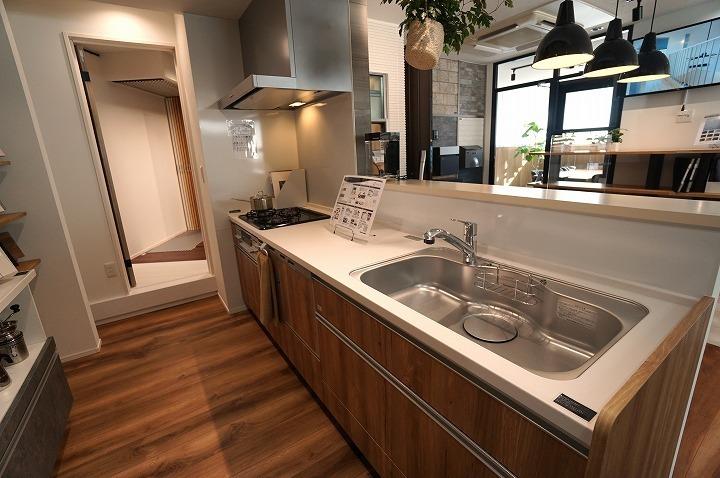 【システムキッチン】シンプルで洗練されたデザインのシステムキッチンは機能も充実。(食器洗洗浄機能付)