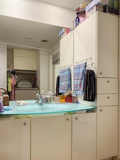 収納スペースがたっぷり確保された洗面所。